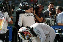 Победитель гонки - Нико Росберг, Mercedes AMG F1 празднует в закрытом парке