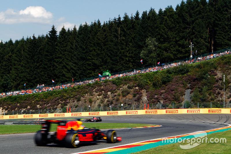 Daniil Kvyat, Scuderia Toro Rosso STR11 leads Daniel Ricciardo, Red Bull Racing RB12