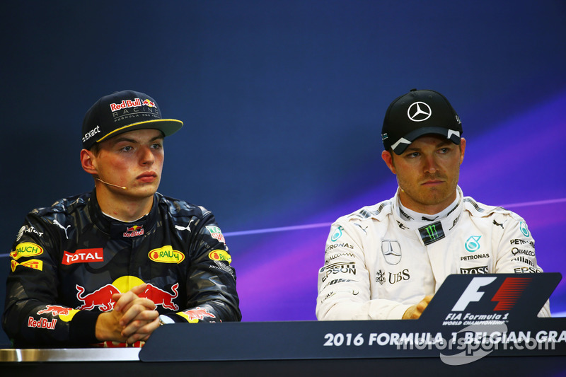(Da sx a dx): Max Verstappen, Red Bull Racing e Nico Rosberg, Mercedes AMG F1 nella conferenza stampa FIA post qualifiche