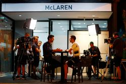 Марк Уэббер берет интервью у Дженсона Баттона, McLaren