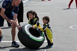 Junge Fans vom Renault Sport F1 Team mit einem Pirelli-Reifen