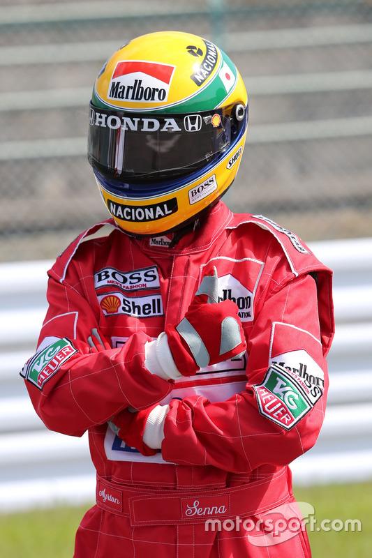 Ayrton Senna gibi giyinmiş bir Japon taraftar