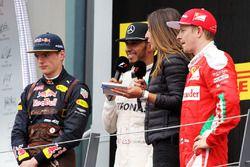 Ganador, Lewis Hamilton, Mercedes AMG F1 celebra con el segundo lugar, Max Verstappen, Red Bull Racing and tercero Kimi Raikkonen, Ferrari, Noemi de Miguel, TV Presenter