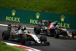 Sergio Pérez, Sahara Force India F1 VJM09 y Carlos Sainz Jr., Scuderia Toro Rosso STR11