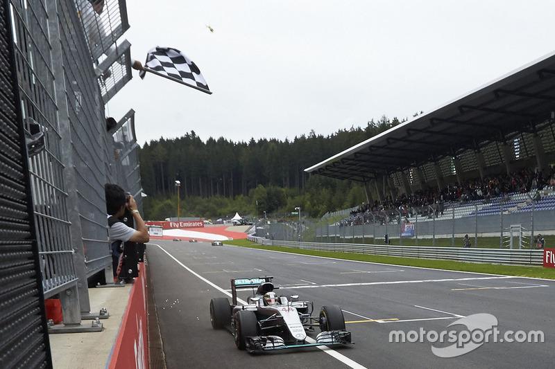 Lewis Hamilton, Mercedes AMG F1 W07 Hybrid remporte la victoire