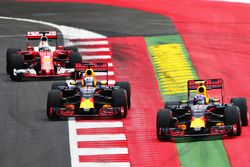 Max Verstappen, Red Bull Racing RB12 devant Daniel Ricciardo, Red Bull Racing RB12