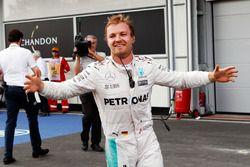 Il vincitore Nico Rosberg, Mercedes AMG F1, festeggia nel parco chiuso