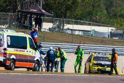 Lee Holdsworth, Team 18, Holden, wird nach Crash auf einer Trage versorgt