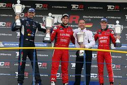 Ganador Pepe Oriola, SEAT Leon, Craft Bamboo Racing LUKOIL, segundo lugar Dusan Borkovic, Seat Leon