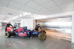 Tecnici della Toro Rosso con un muletto della STR10