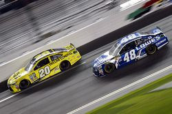 Matt Kenseth, Joe Gibbs Racing Toyota, Jimmie Johnson, Hendrick Motorsports Chevrolet