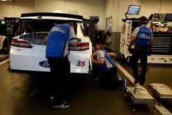 Des mécaniciens travaillent sur la voiture de David Gilliland, Front Row Motorsports Ford