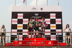 Podium : le deuxième, Tom Sykes, Kawasaki Racing Team, le vainqueur Jonathan Rea, Kawasaki Racing Te