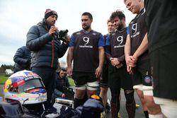 Daniel Ricciardo, Red Bull Racing con miembros del equipo de rugby de Bath.