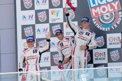 Podium: tweede plaats Rick Kelly, Katsumasa Chiyo, Florian Strauss, Nissan Motorsports