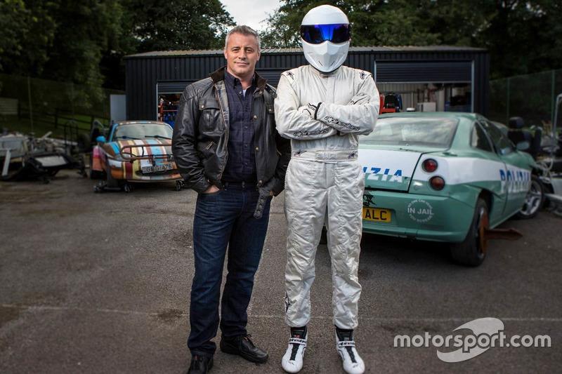 Matt LeBlanc junto a Stig, quien lleva su reconocido casco, diseño de Simpson inspirado en el antiguo modelo Bandit.