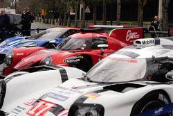 La Porsche 919 Hybrid, la Ligier RGR Sport by Morand LMP2 et la Ford GT dans une rue de Paris