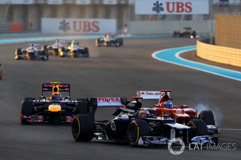 А вот Алонсо отлично проехал первый круг: он сразу же опередил McLaren Дженсона Баттона, а затем смог разобраться и с Уэббером. Испанец стал четвертым, тогда как Феттель, никого не обогнавший на трассе, был в тот момент лишь 19-м
