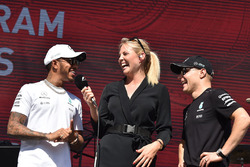 Rosanna Tennant avec Lewis Hamilton, Mercedes AMG F1 et Valtteri Bottas, Mercedes AMG F1 sur scène