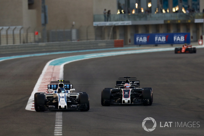 Lance Stroll, Williams FW40 precede Romain Grosjean, Haas F1 Team VF-17