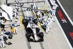 Lance Stroll, Williams FW41 Mercedes, dans les stands