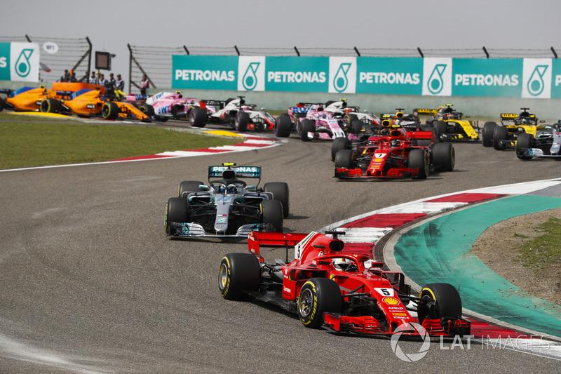 Sebastian Vettel, Ferrari SF71H, Valtteri Bottas, Mercedes AMG F1 W09, Kimi Raikkonen, Ferrari SF71H, Max Verstappen, Red Bull Racing RB14 Tag Heuer, et le reste du peloton au départ