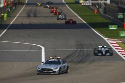La Mercedes AMG safety-car precede Valtteri Bottas, Mercedes AMG F1 W09, Sebastian Vettel, Ferrari SF71H, Lewis Hamilton, Mercedes AMG F1 W09, e Max Verstappen, Red Bull Racing RB14 Tag Heuer