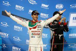 Podium: Race winner Esteban Guerrieri, Honda Racing Team JAS, Honda Civic WTCC