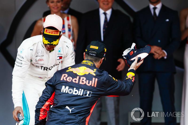 Podio: el ganador de la carrera Daniel Ricciardo, Red Bull Racing, se prepara para celebrar con su marca registrada Shoey