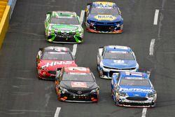 Erik Jones, Joe Gibbs Racing, Toyota Camry Circle K e Ricky Stenhouse Jr., Roush Fenway Racing, Ford Fusion Fastenal