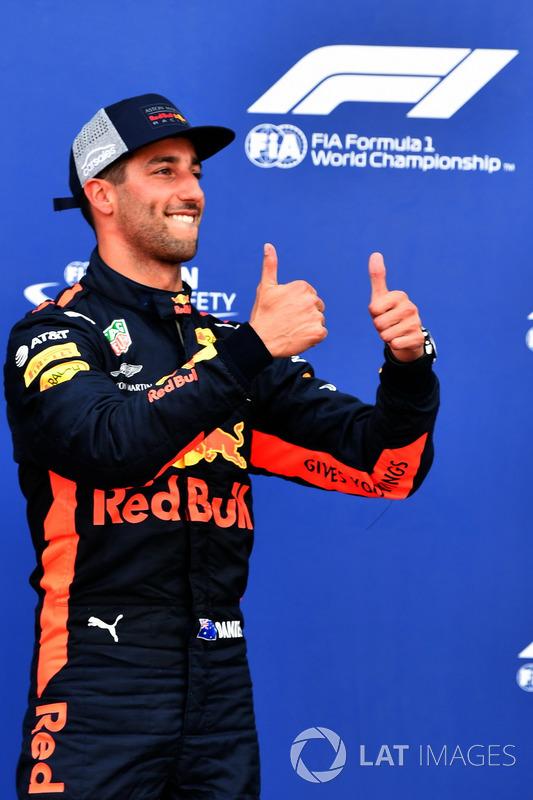 Il poleman Daniel Ricciardo, Red Bull Racing festeggia nel parco chiuso