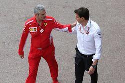Maurizio Arrivabene, director de Ferrari, con Toto Wolff, director de Mercedes