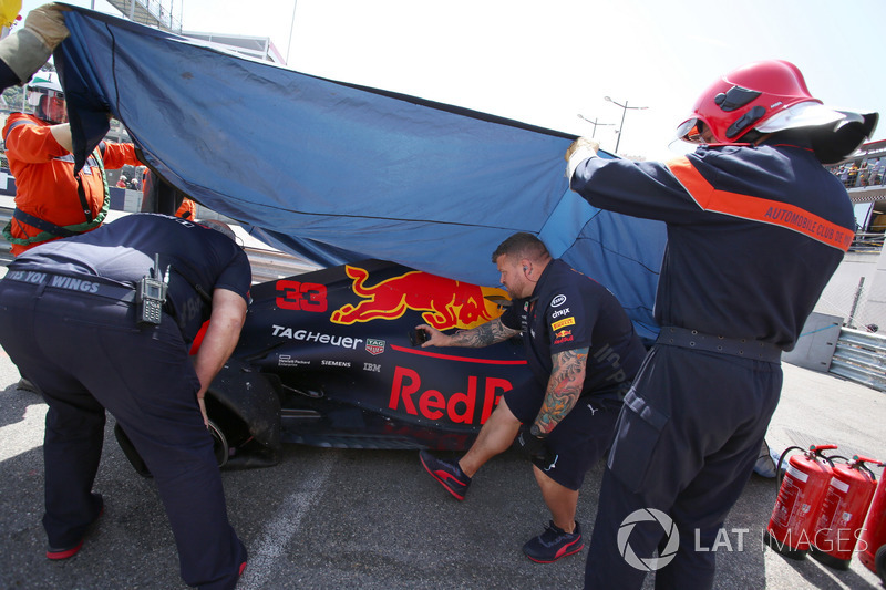 I marshal recuperano la monoposto incidentata di Max Verstappen, Red Bull Racing RB14