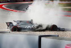 Romain Grosjean, Haas F1 Team VF-17, gira y sale a la grava