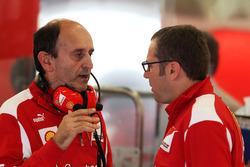 Глава отдела двигателей и электроники Ferrari Лука Марморини и генеральный директор команды Стефано