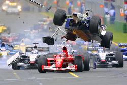 Incidente alla prima curva: Ralf Schumacher, Williams vola sopra Rubens Barrichello, Ferrari