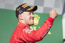 Le vainqueur Sebastian Vettel, Ferrari, fête sa victoire sur le podium