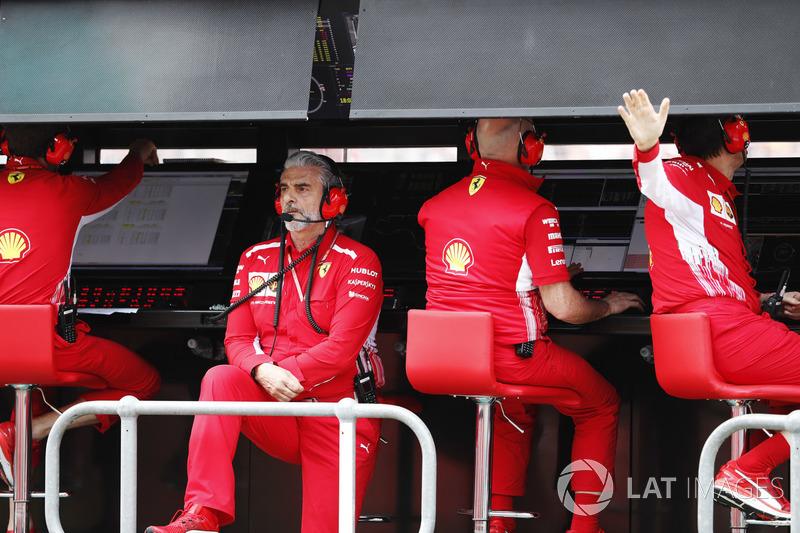 Maurizio Arrivabene, Team Principal, Ferrari, en la pared del pit