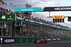 Winnaar Sebastian Vettel, Ferrari SF71H aan de finish