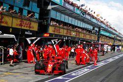 Kimi Raikkonen, Ferrari SF71H, maakt een pitstop
