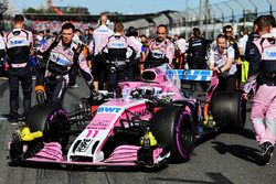 Sergio Perez, Force India VJM11 with mechanics on the grid