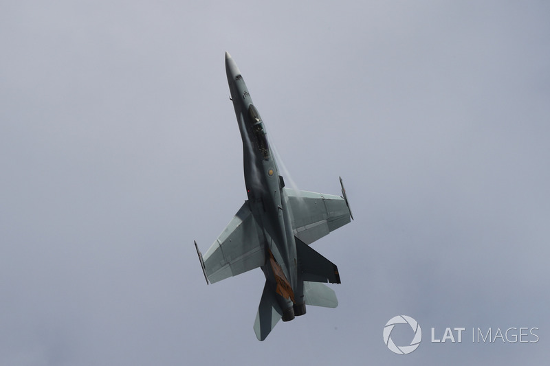 Pesawat FA-18 Hornet melintasi langit Albert Park
