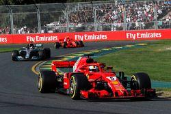 Sebastian Vettel, Ferrari SF71H lídera aLewis Hamilton, Mercedes-AMG F1 W09