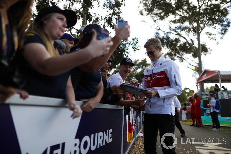 Marcus Ericsson, Sauber, signs autographs for fans