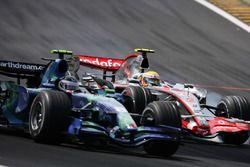 Lewis Hamilton, McLaren MP4-22 dépasse Rubens Barrichello, Honda RA107
