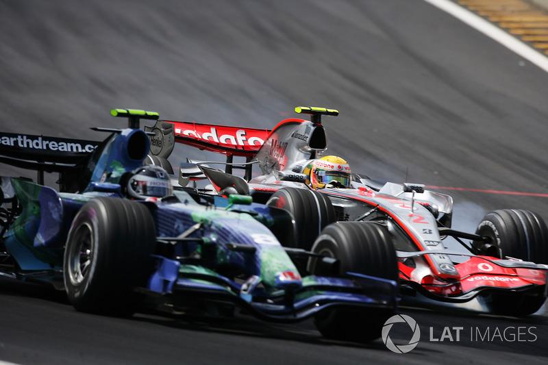 Lewis Hamilton, McLaren MP4-22 y Rubens Barrichello, Honda RA107