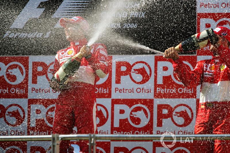 Podio: Ganador de la carrera Felipe Massa, Ferrari, tercer lugar Michael Schumacher, Ferrari