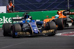Marcus Ericsson, Sauber C36 y Fernando Alonso, McLaren MCL32