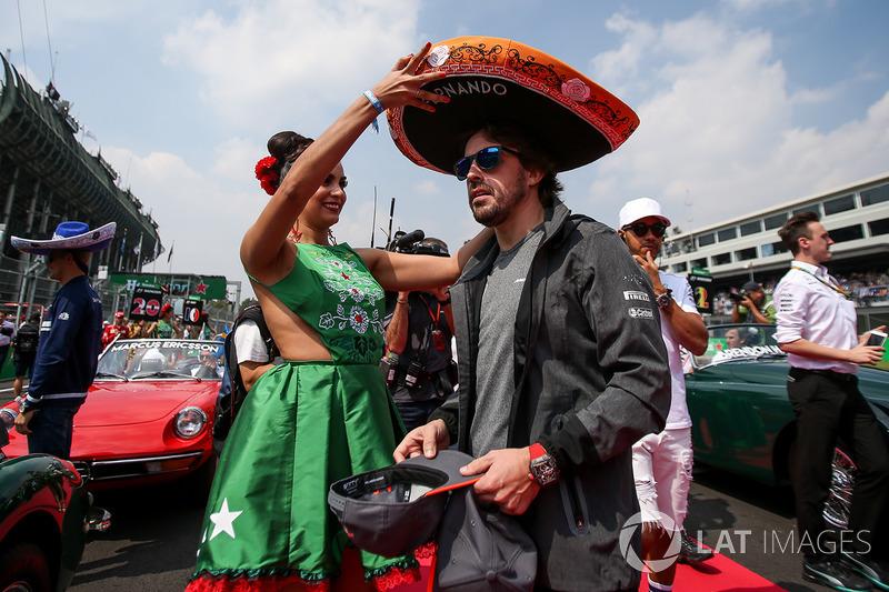 Fernando Alonso, McLaren recibe un sombrero de charro de parte de una chica de la parrilla