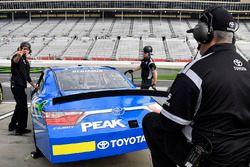 Kyle Benjamin, Joe Gibbs Racing, Peak Antifreeze & Coolant Toyota Camry crew chief Eric Phillips loo